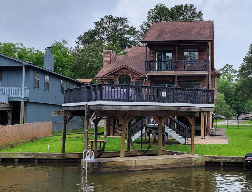 a photo of a lake conroe lodge one of the best lake cabins in texas