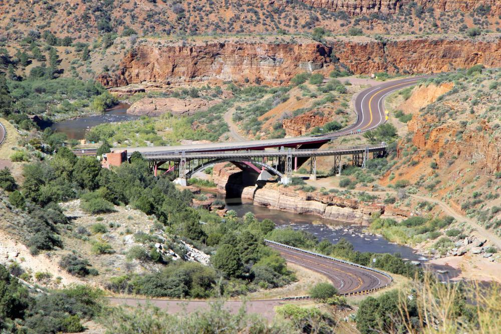 A road running through an canyon over a river
